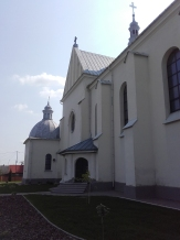 boczna fasada - widac kaplicę boczną i wejście do kościoła