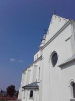 boczna fasada, widać krzyż nad wieżą